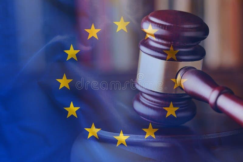 Greve do martelo de madeira com conceito da bandeira da UE imagens de stock