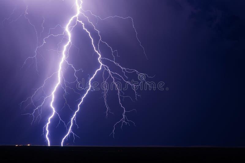 Greve dos parafusos de relâmpago de uma tempestade do verão imagem de stock