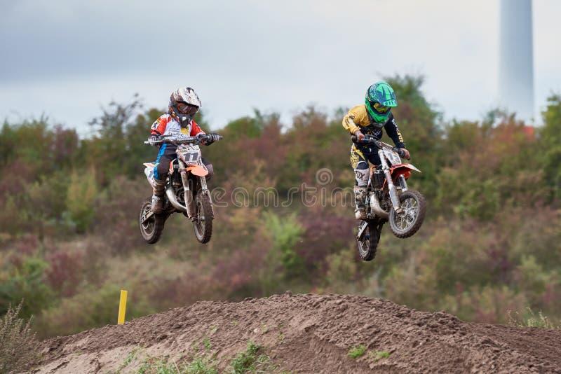 GREVENBROICH, ALEMANHA - 1º DE OUTUBRO DE 2016: Duas lutas não identificadas dos cavaleiros do motocross para a qualificação fotografia de stock royalty free