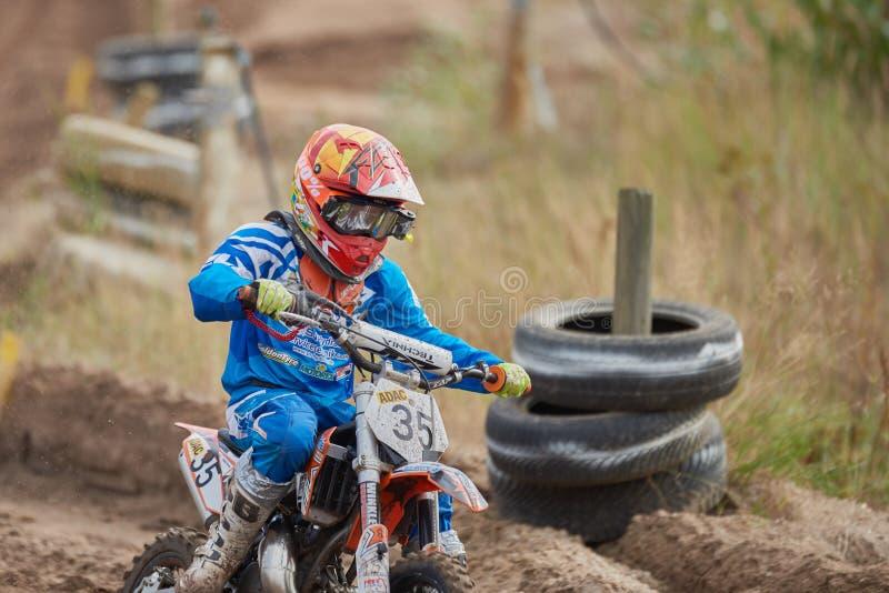 GREVENBROICH, DUITSLAND - OKTOBER 01, 2016: Strijden van een de niet geïdentificeerde motocrossruiter voor kwalificatie stock foto's