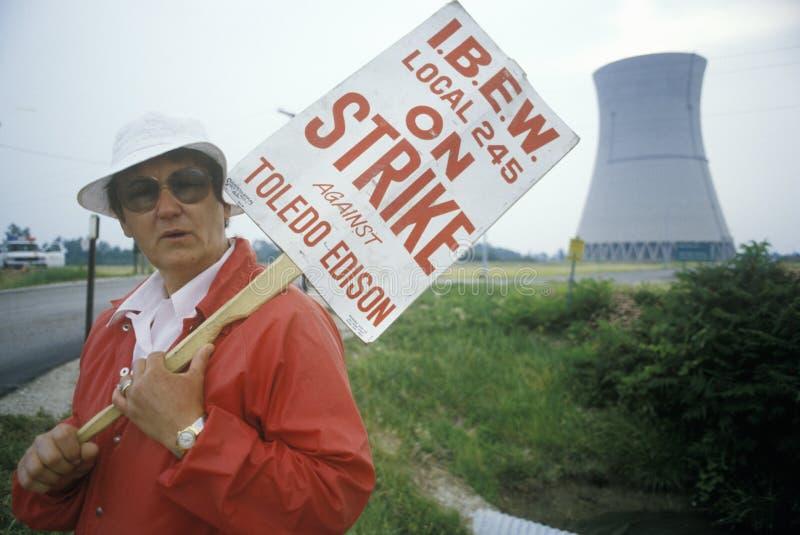 Grevista com cartaz em Davis-Besse Nuclear Power Station, OH fotografia de stock royalty free