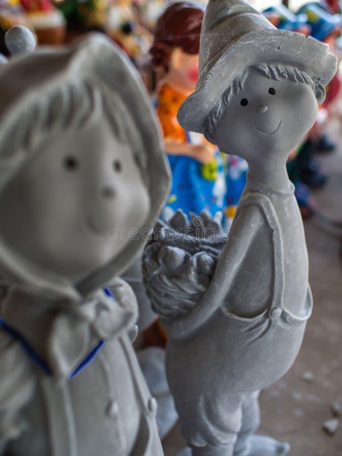 Grey Boy Doll Holding un pan Baske fotografía de archivo libre de regalías