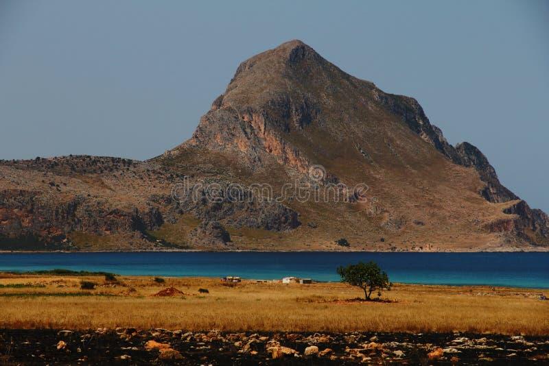 Grey e formazione rocciosa di Brown vicino alla foto calma dell'acqua fotografia stock libera da diritti