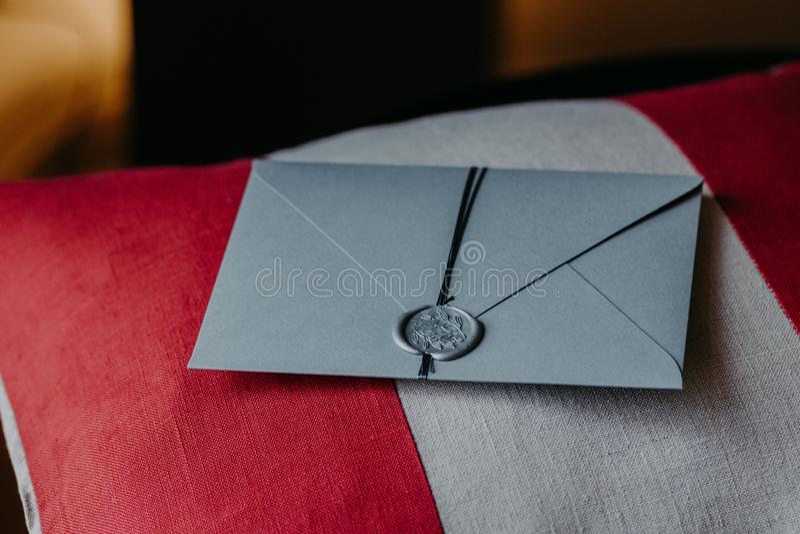 Grey Invitation kort för att gifta sig eller specialt tillfälle på den röda och vita kudden ro för pärla för inbjudan för garneri royaltyfria bilder
