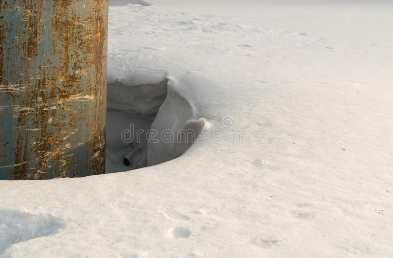 Grey Melted Snow på jordningen i tidig vår royaltyfria foton