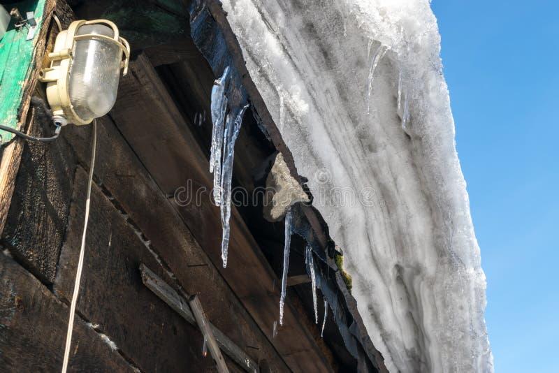 Grey Melted Snow på taket i tidig vår arkivbild