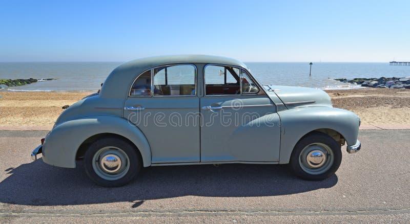 Grey Morris Oxford Motor Car Parked clásico en la 'promenade' de la orilla del mar foto de archivo libre de regalías