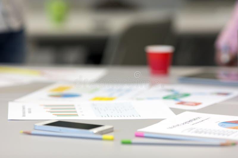 Grey Office Table met Document Grafieken en Kantoorbehoeften stock fotografie