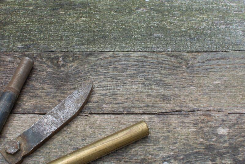 Grey Pallet Wood Background com Rusty Metal e o estoque de bronze no canto de inferior esquerdo fotos de stock
