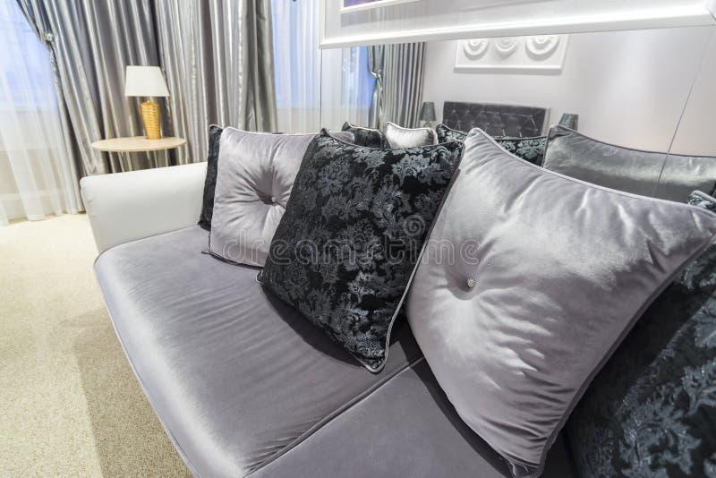 Grey Pillow op bank thuis stock afbeeldingen