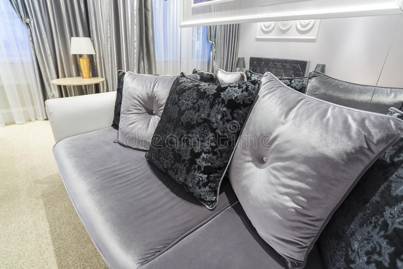 Grey Pillow sul sofà a casa immagini stock