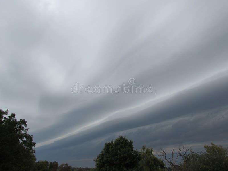Grey Sky met Naderbij komende Plankenwolk stock afbeeldingen