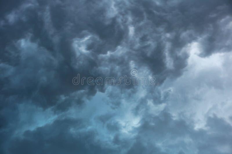 Grey Storm Clouds e un cielo pericoloso fotografia stock