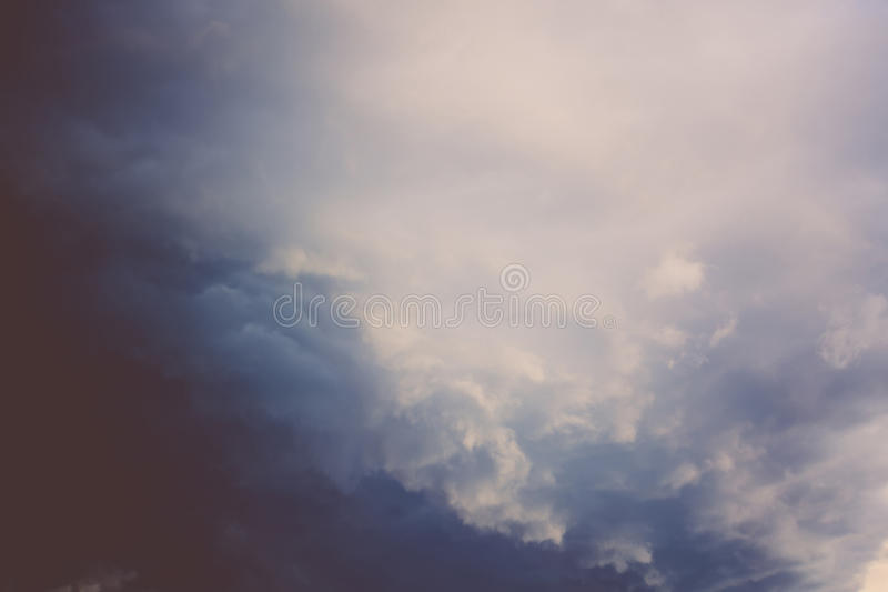 Grey Stormy Clouds Filtered scuro immagini stock