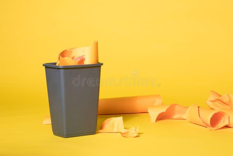 Grey Trash Bin på vibrerande gul sömlös bakgrund royaltyfri fotografi