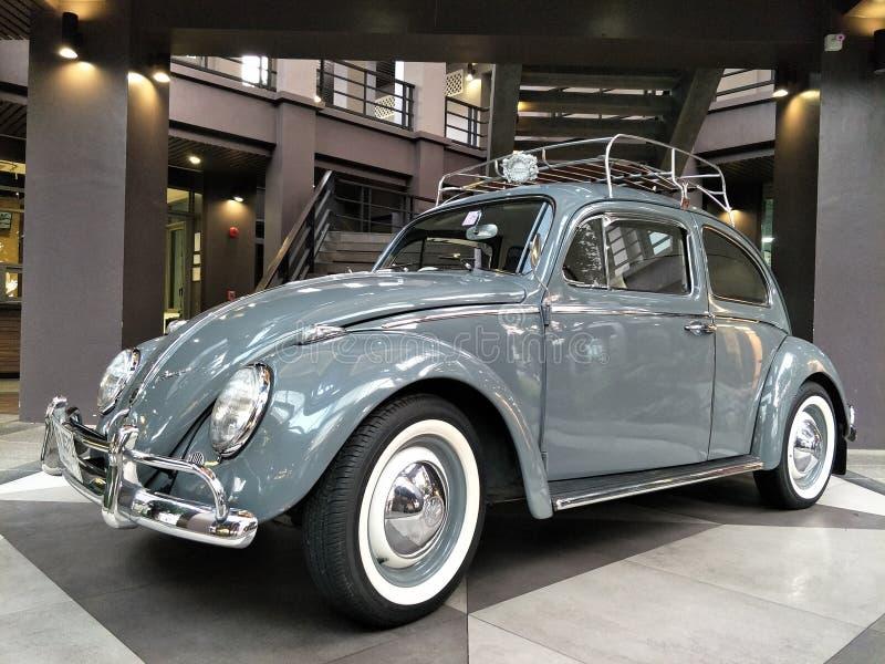 Grey Volkswagen VW-Käferoldtimer auf Anzeigeam Ausstellungsraum geparkt lizenzfreie stockbilder