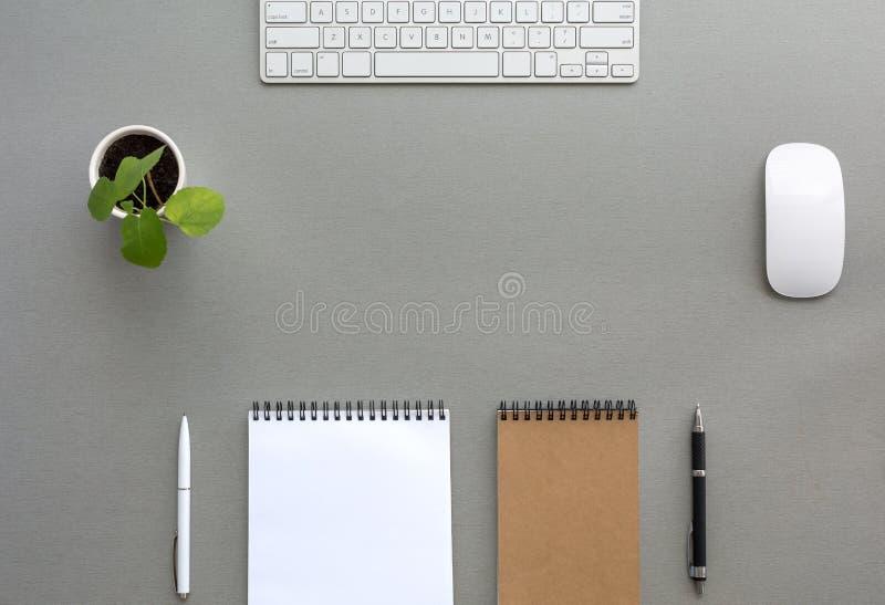 Grey Wooden Desk con cancelleria ed elettronica fotografia stock