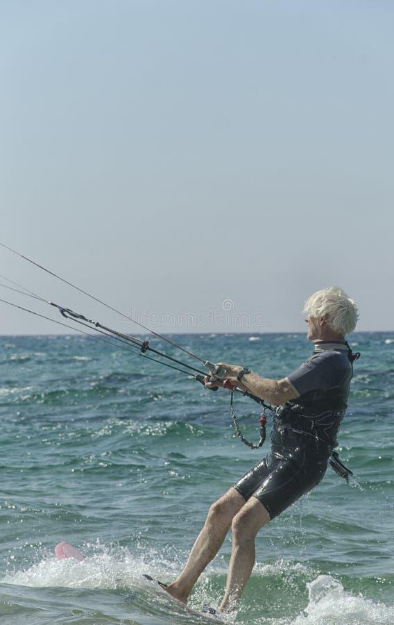 Greybeard utrzymuje aktywnego ćwiczyć wodnego sport fotografia stock