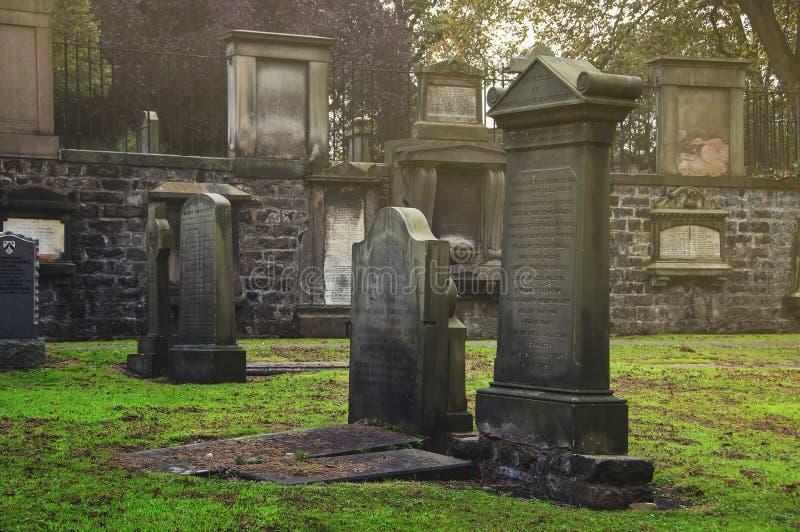 Greyfriars Kirkyard kyrkogård i Edinburg fotografering för bildbyråer