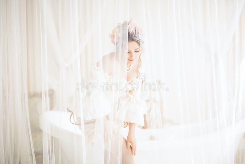 Greyhead kobieta z pięknym luksusowym rokokowym włosianym stylem w białej sukni dostaje przygotowywający brać skąpanie obrazy royalty free