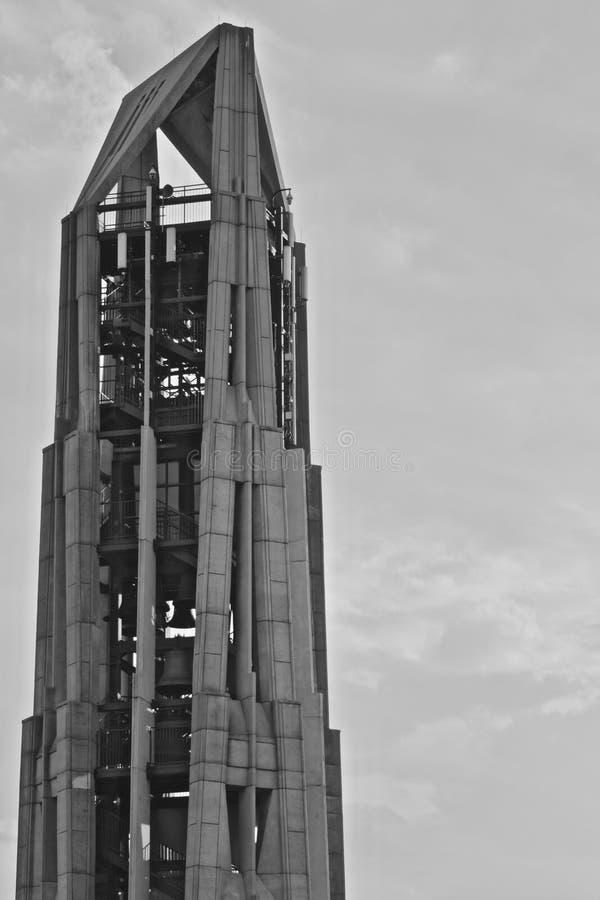 Greyscale The Moser Tower under en grumlig himmel under dagtid i Naperville royaltyfria bilder