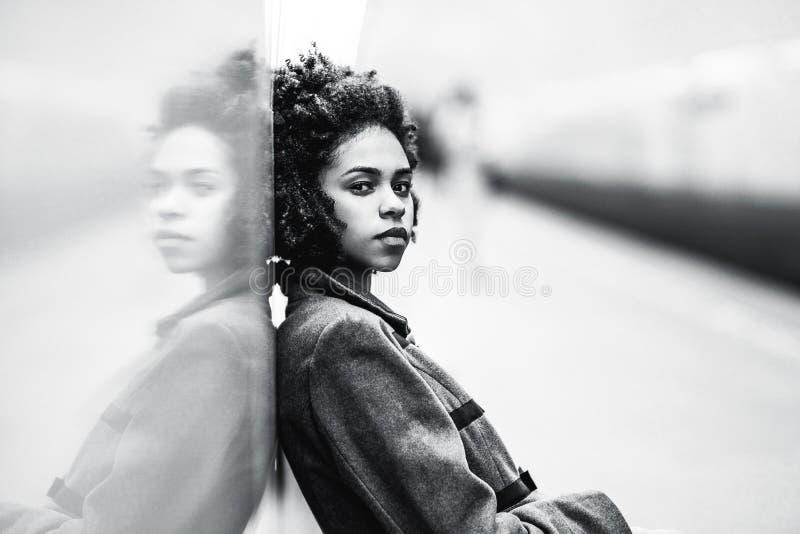 Greyscale portret van zwart meisje bij de metro post royalty-vrije stock afbeeldingen