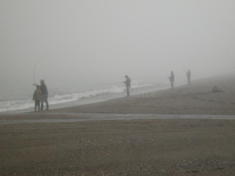 Greystonesstrand, vissers in de mistochtend royalty-vrije stock foto