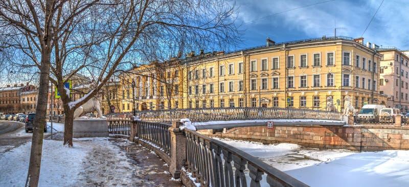 Griboedov kanal och bro av fyra lejon i vinterplatsen, HDR arkivbild