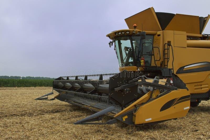 Download Gricultural的设备 库存图片. 图片 包括有 玉米, 收割机, 农村, 黄色, 地产, 问题的 - 22350647