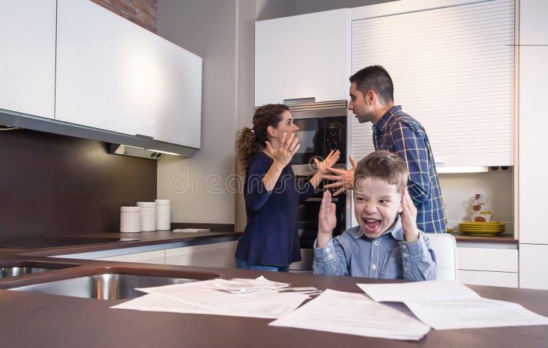 Grida e genitori furiosi del bambino in un litigio immagine stock