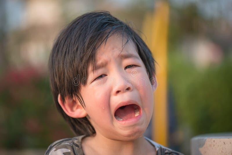 Gridare asiatico del bambino immagini stock