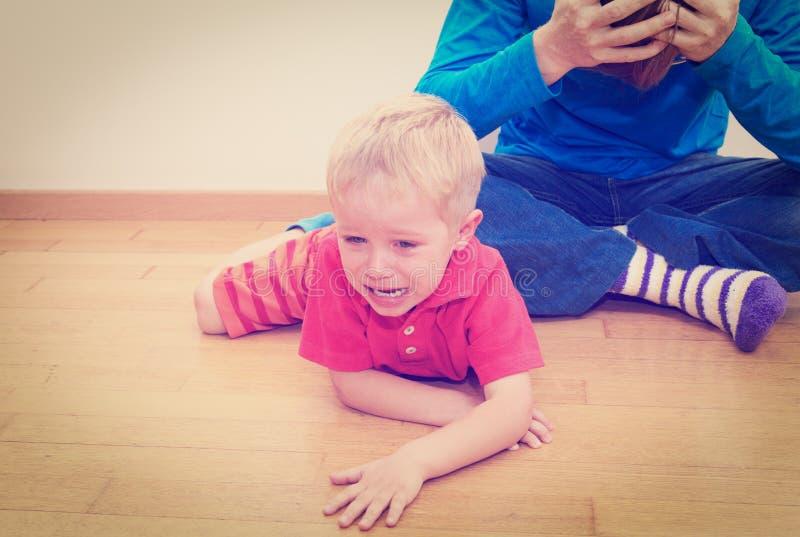 Gridare bambino, padre stanco immagini stock libere da diritti
