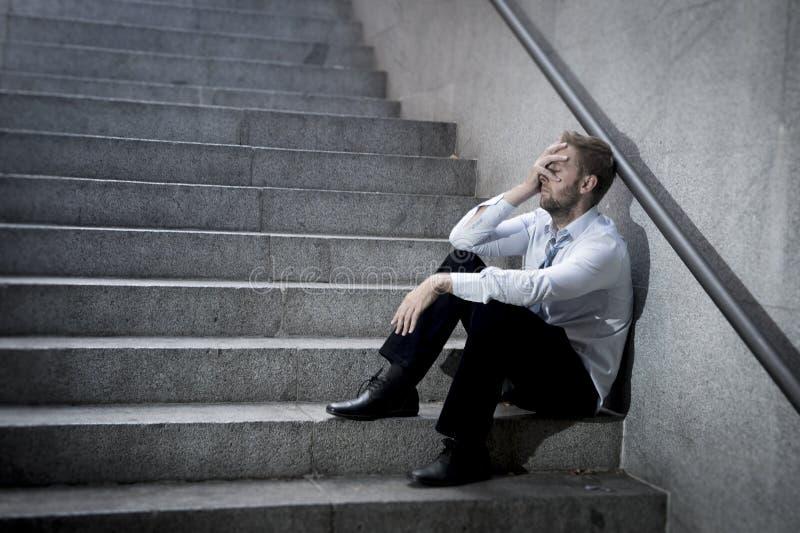 Gridare dell'uomo d'affari ha perso nella depressione che si siede sulle scale del calcestruzzo della via fotografie stock libere da diritti