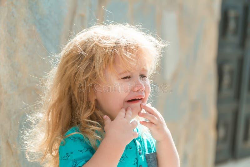 Gridare infelice sveglio del neonato fotografie stock