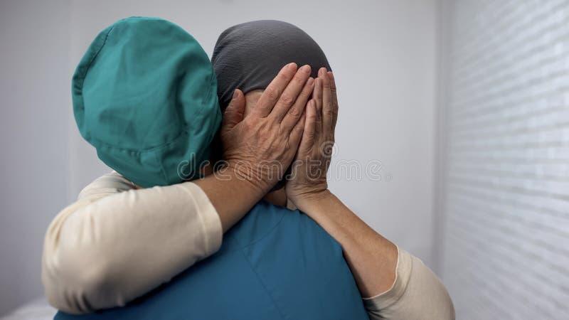 Gridare paziente femminile impara circa la chemioterapia infruttuosa, cancro avanzato fotografie stock