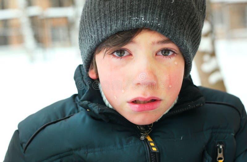 Grido del ragazzo del Preteen frustrato dopo lo strappo del suo rivestimento fotografia stock libera da diritti