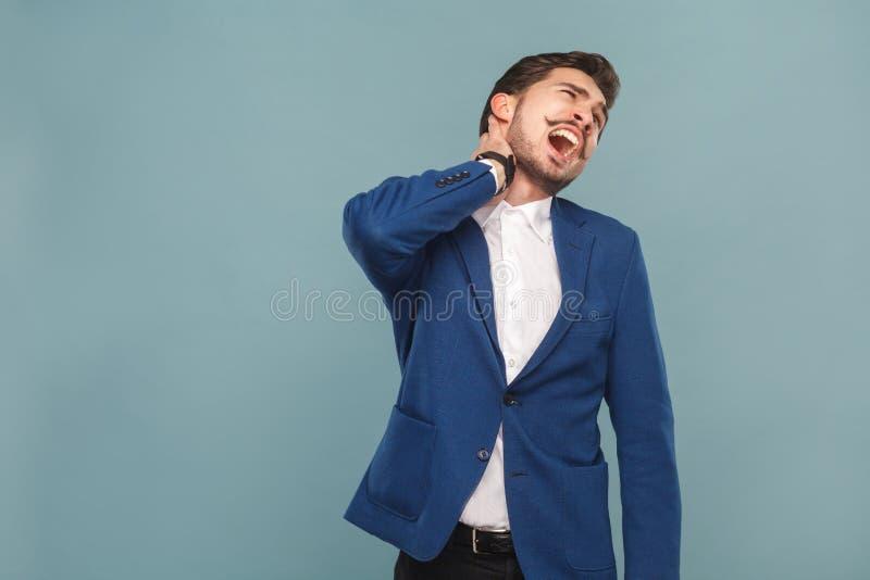 Grido dell'uomo perché dolore in collo immagini stock