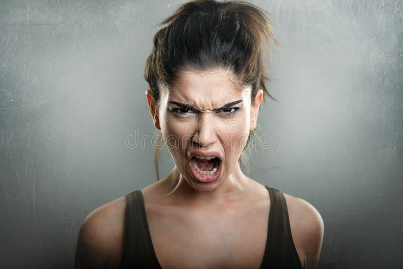 Grido della donna arrabbiata di ribaltamento fotografie stock libere da diritti