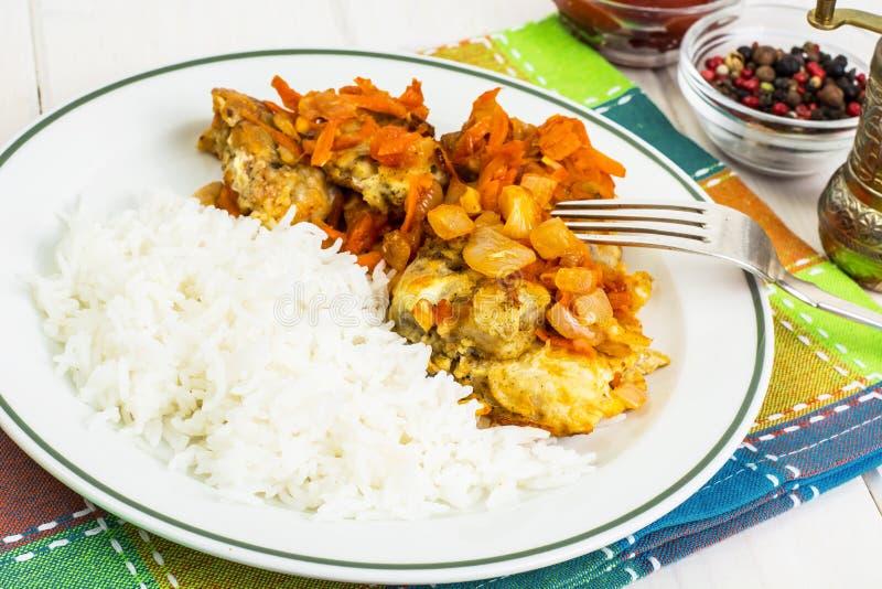 Grieche backte Fische mit Karotte, Zwiebel und Reis lizenzfreies stockfoto