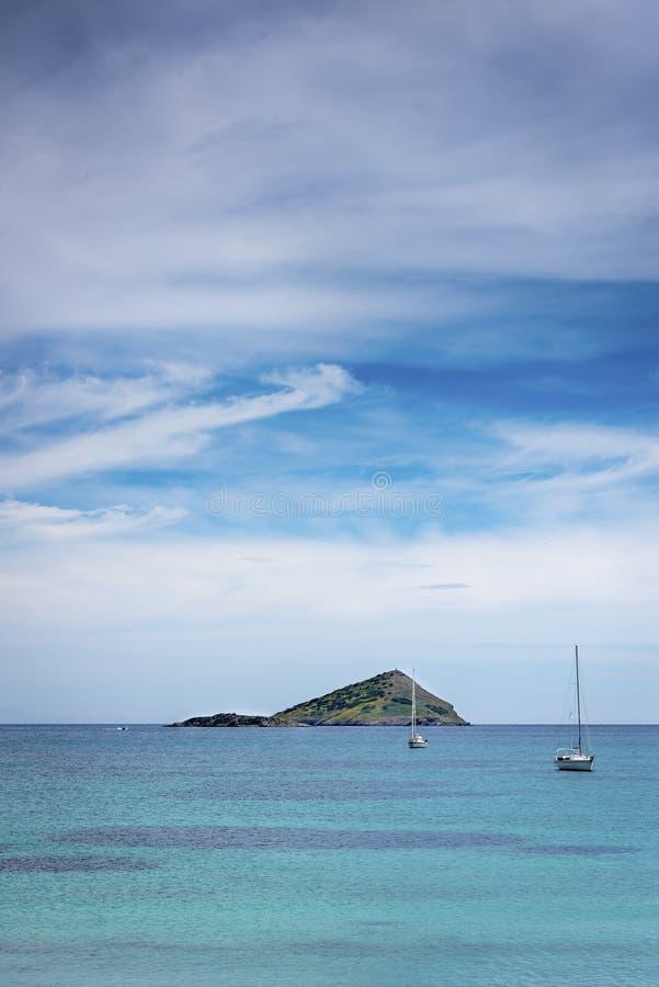 Grieche verlassene Insel und Segelboote lizenzfreies stockbild