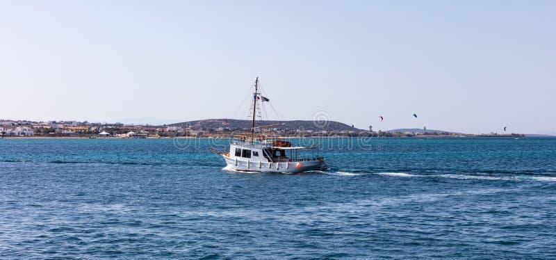 Griechenland Ägäisches Meer, die Kykladen Bootsreisen, Drachensurfer und blauer Himmel und Seehintergrund lizenzfreies stockfoto