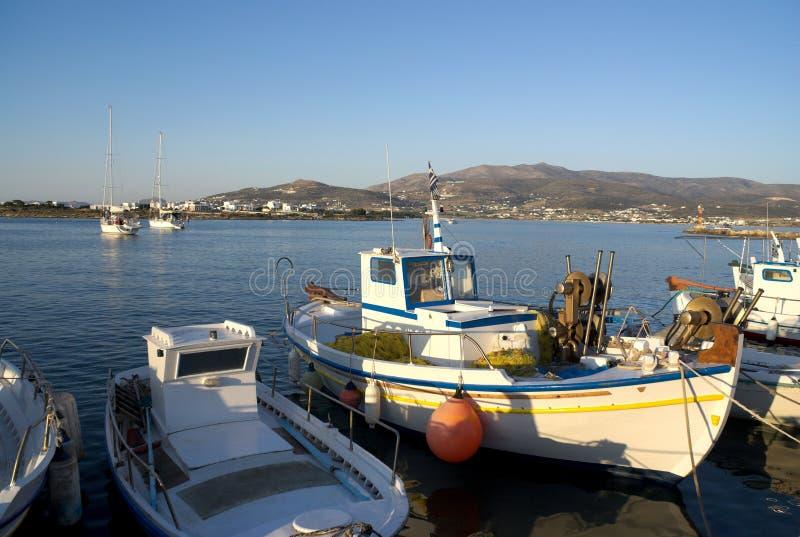 Griechenland, AntiParos Kleine Fischerboote am Anker lizenzfreie stockfotos