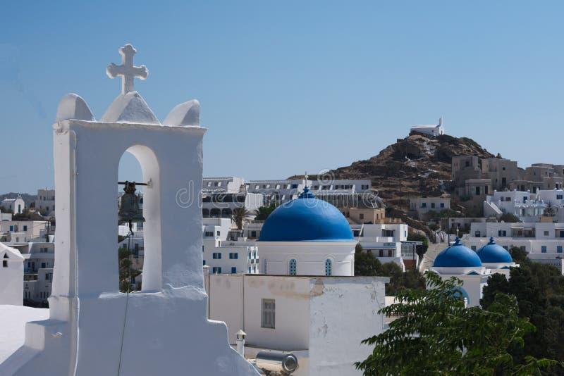 Griechenland die Insel von IOS, von Kirchen und von blauen Hauben im alten Dorf lizenzfreie stockbilder