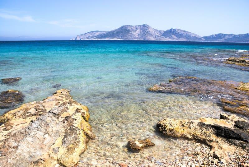 Griechenland, die Insel von Koufonissi Das haarscharfe Wasser des ove Ansicht des Ägäischen Meers A eine felsige Küstenlinie stockbild