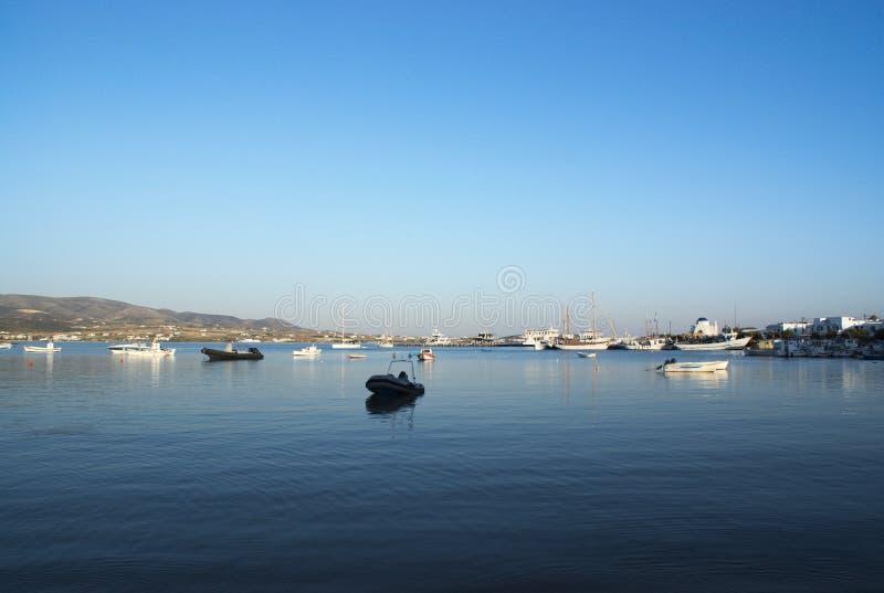 Griechenland die kleine Insel von AntiParos, Boote am Hafen auf noch Wasser lizenzfreie stockbilder