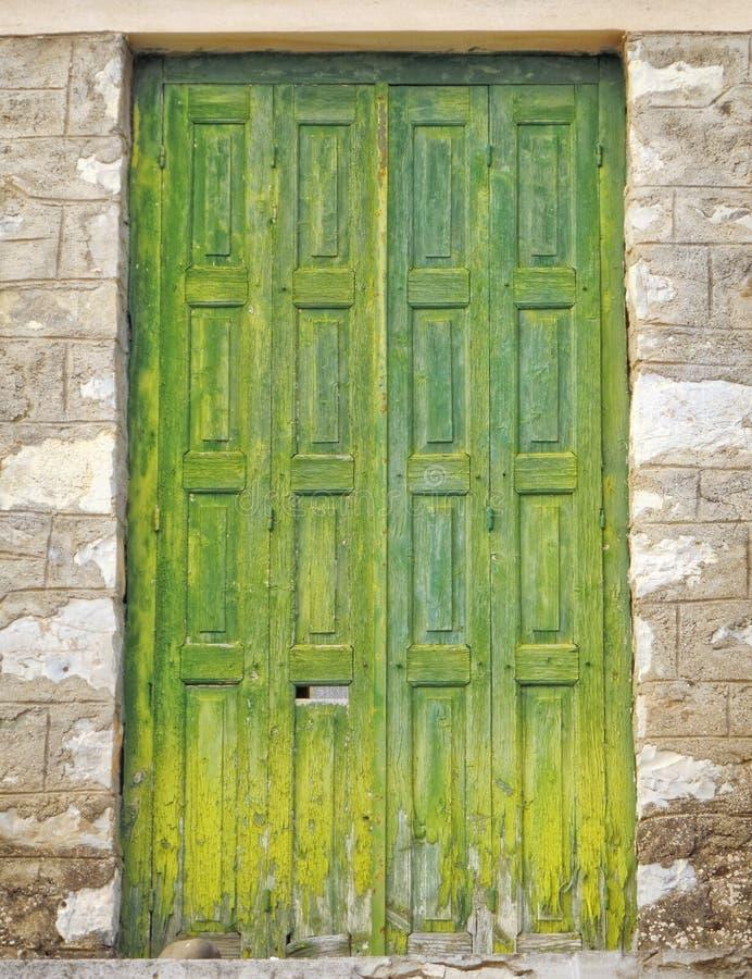 Griechenland, hölzerne grüne Tür des traditionellen Steinhauses stockfoto
