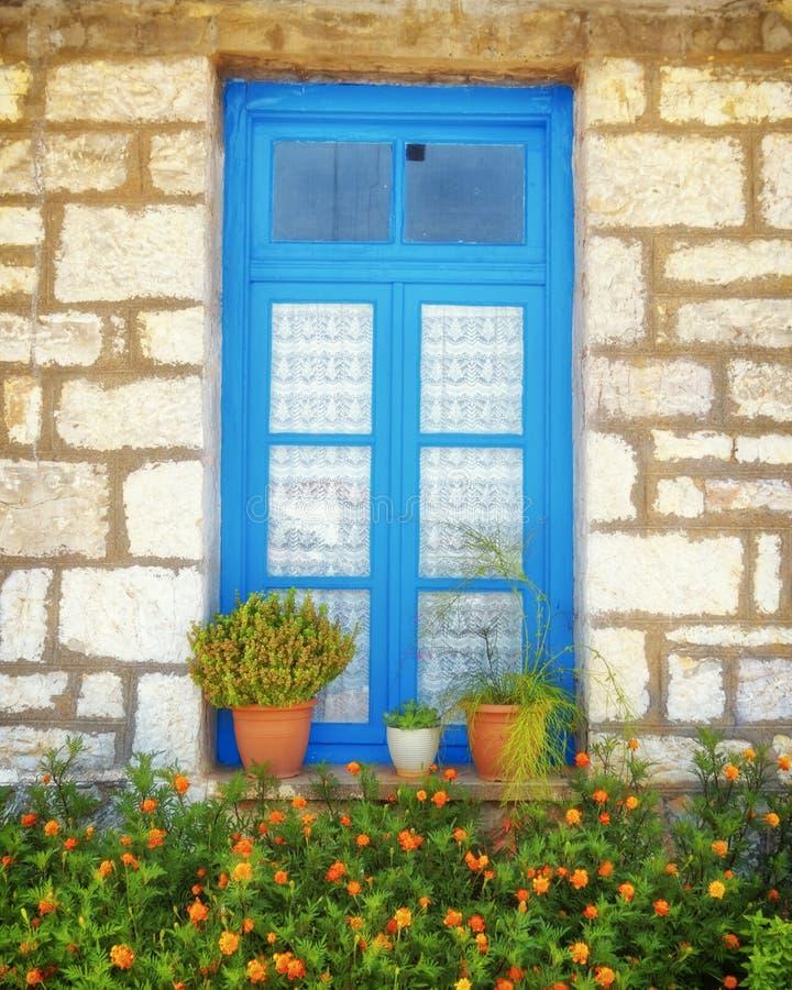 Griechenland, hölzernes blaues Fenster des traditionellen Steinhauses lizenzfreies stockbild