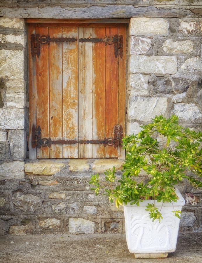 Griechenland, hölzernes Fenster des traditionellen Steinhauses stockbild
