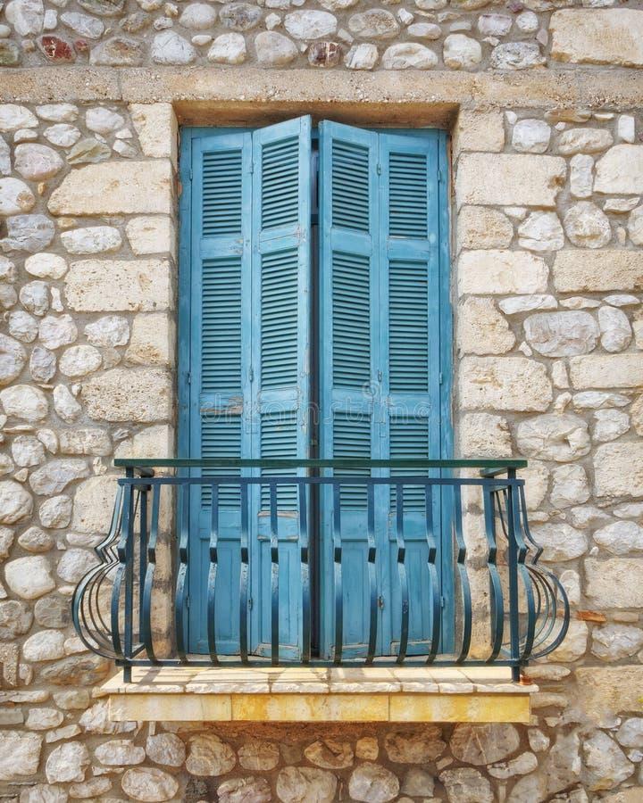 Griechenland, hölzernes grünes Balkonfenster des traditionellen Steinhauses lizenzfreies stockfoto