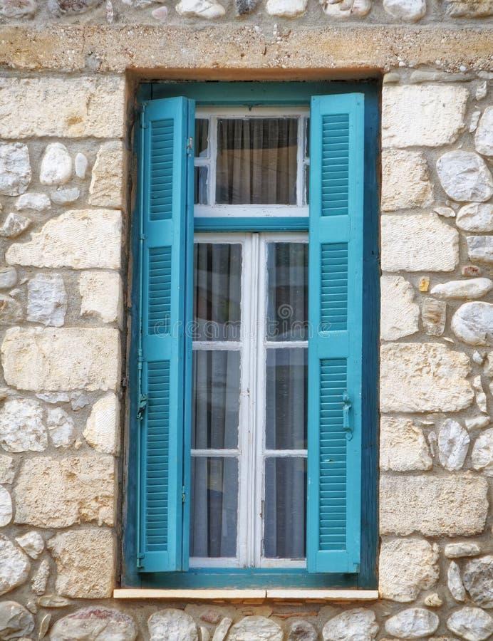 Griechenland, hölzernes grünes Fenster des traditionellen Steinhauses lizenzfreie stockbilder